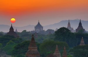 Thatbyinnyu Pagoda and the Temples and pagodas at sunset on the Central Plain of Bagan